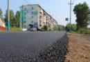 Укладка основного слоя асфальта на дороге ул. Мира