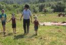 Полицейские задерживают детей у реки