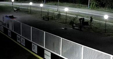 Хулиганы испортили недавно благоустроенную площадку в Берёзовском