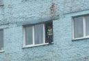 Полицейские привлекли к ответственности женщину, чей ребенок едва не выпал из окна многоэтажки